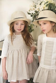 Hat and ecru linen dresses would love to see pj in these. Little Girl Fashion, Kids Fashion, Gothic Fashion, Amusement Enfants, Little Girl Dresses, Girls Dresses, Outfits Niños, Kid Styles, Kids Wear