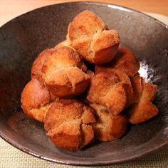 「黒糖でサーターアンダギー」の作り方を簡単で分かりやすい料理動画で紹介しています。黒糖を使った、優しい甘さのサーターアンダギーです。 材料はとてもシンプルで、おやつに最適な一品です。 出来立てはもちろんサクサクふわふわで美味しいですが、冷めてからもとても美味しいので是非お試し下さい。