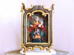 Esse lindo oratório é todo feito em madeira de demolição, assim como a escultura de Nossa Senhora do Carmo. Pintado à mão, é uma peça única, exclusiva.  Enfeita, decora e protege sua casa.   Tamanho aproximado: 28 cm de altura x 18 cm de altura R$ 170,00