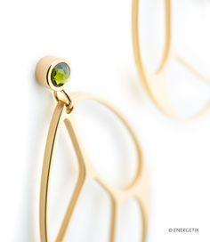 LUFTIG-LEICHT, SOMMERLICH, MODERN, AUFFÄLLIG Bei diesem Schmuckset aus einem Armband, Ring, Anhänger und Ohrsteckern trifft elegantes Gold auf ein intensives Dunkelgrün, das als semitransparentes Acetat-Element und als funkelnde Swarovski® Kristalle erstrahlt. Das auffällige Design mit Durchbrüchen in der Oberfläche erinnert an einen Schmetterling und lässt die Schmuckstücke besonders luftig-leicht und sommerlich erscheinen.