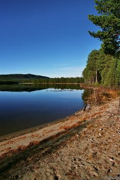 This lake is one of several lakes formed by the river Ljusnan between Hedeviken and Sveg. Sweden