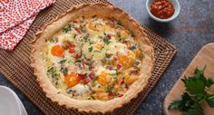 Whip up this tasty Egg & Bacon Pie and it will be devoured in a matter of seconds! Quiche Recipes, Egg Recipes, Dinner Recipes, Cooking Recipes, Savoury Recipes, Yummy Recipes, Egg And Bacon Pie, Yummy Food, Tasty