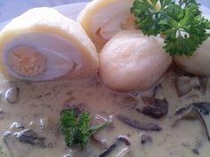 Připravíme si těsto na knedlíky a vajíčka zabalíme do těsta, vaříme v mírně osolené vodě, dokud knedlíky nevyplavou na povrch.  Omáčka: Na...