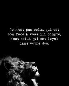 Ce n'est pas celui qui est bon face à vous qui compte, c'est celui qui est loyal dans votre dos.
