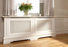 radiatorbekleding     Een radiatorbekleding geeft uw interieur direct een frisse, nieuwe uitstraling. Want radiatoren zijn nu eenmaal niet de meest fraaie elementen in een ruimte. Met een speciale ombouw lost u dit op eigentijdse wijze op. Quinterieur ontwerpt, produceert en plaatst radiatorkasten op maat. Voor bijvoorbeeld uw werkkamer, keuken of badkamer. Daarbij