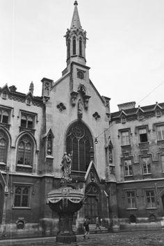 Orsolya tér, Mária-kút, háttérben a Szent Orsolya-templom és rendház.
