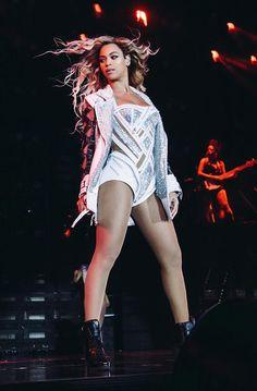 Beyoncé is beyond stunning in a custom made Atelier Versace body suit and jacket for the opening look at her London concert. #Versace #VersaceCelebrities #Beyonce #mrscarterworldtour