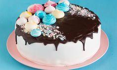 Een vrolijke meringue verjaardagstaart, voor een goed begin van een gezellig feestje.
