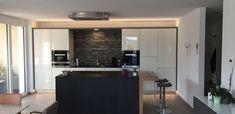 Moderne Hochglanzküche kombiniert mit dunklem Inselblock und Fließen als Rückwand. Modern, Kitchen Island, Table, Furniture, Home Decor, Made To Measure Furniture, Custom Kitchens, Carpentry, Home Architect