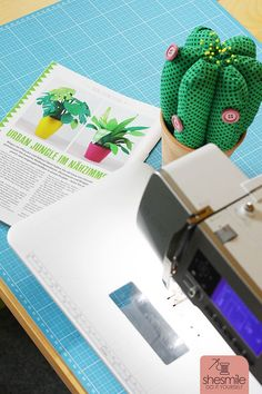 Nähanleitung und Schnittmuster gestaltet als PDF-E-Book für Frieda Flower, die Zimmerpflanzen aus Stoff für Allergiker, das Kinderzimmer, Vielreisende, kranke und alte Menschen, schattige Plätzchen oder Pflanzendummies wie mich! Wähle aus Sansevieria, Monstera, Kaktus in 2 Größen, Knopfblume, Tulpe in 3 Varianten oder Sonnenblume. Stoff Design, Tulip, Templates Free, Sew Mama Sew, Indoor House Plants, Cactus, People