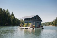 A floating house makes waves in Maine