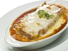 Die Lasagne ist ein Klassiker, der das Herz vieler Deutscher erobert hat. Hier zeigen wir, wie einfach die Zubereitung einer italienischen Lasagne ist.