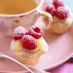 mini tart + fill the lemon curd and + fresh raspberries. (ideia para rechear casquinha de limão... recheio de lemon curd c/ mel y calda de framboesa e chocolate branco