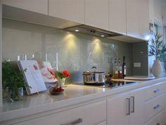 Zacht groen/grijze achterwand van glas. Keukenglas geeft de keuken een unieke uitstraling en is zeer gemakkelijk in onderhoud.