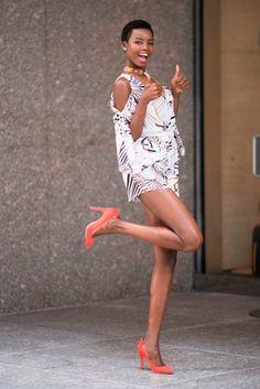 Maria Borges ficou linda de macaquinho floral e scarpins no casting do Victoria's Secret Fashion Show.