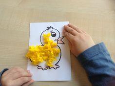Kuikentje beplakt met gele propjes crepepapier.