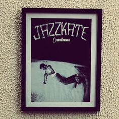 Cartaz do designer Giovani Castelucci para a pista de skate Bowlhouse, com paspatur branco e moldura preta simples. #cidomolduras #quadro #moldura #framed #frame #cartaz #print #poster #skate #jazz #jazzkate #milesdaves #tonyalva #bowlhouse