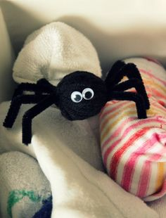 How-to Video: Yarn Pom-Pom Spiders | Make and Takes