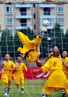 Shaolin monks show off their football skills during a demonstration game in Dengfeng, central China's Henan province... Picture: AFP/GETTY http://www.telegraph.co.uk/news/picturegalleries/theweekinpictures/8407364/The-week-in-pictures-25-March-2011.html?image=3 (Monks! by Bete: Obrigado!)