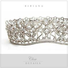 Todos os detalhes desta tiara circular Bibiana Paranhos com estilo geométrico moderno, feita de cristais, prata e banhada a ouro. Como não se apaixonar? #bibianaparanhos #jewellery #details