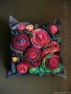 Fabric Art, Fabric Crafts, Sewing Crafts, Sewing Projects, Felt Flowers, Crochet Flowers, Fabric Flowers, Felt Roses, Felt Pillow