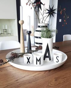 The Scandi style adds a modern elegance to any Christmas table. The Scandi style adds a modern elegance to any Christmas table. For an atmospheric Nordic adds christmas elegance God Jul modern scandi style table winterbast Nordic Christmas Decorations, Scandi Christmas, Black Christmas, Christmas Fashion, Scandi Style, Nordic Style, Dining Room Design, Trendy Colors, Diy Table