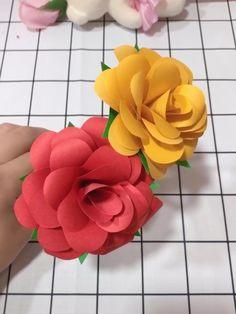 Paper Flower Patterns, Tissue Paper Flowers, Paper Flower Tutorial, Flower Paper, Diy Cardstock Flowers, Cool Paper Crafts, Paper Crafts Origami, Diy Paper, Tissue Paper Crafts