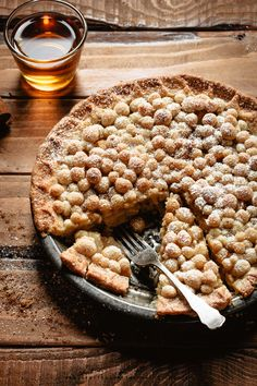 A delicate pear pie enriched with bourbon and a tiny pinch of cinnamon! Fun Baking Recipes, Donut Recipes, Tart Recipes, Healthy Dessert Recipes, Delicious Desserts, Breakfast Recipes, Pear Pie, Sweet Pie, Homemade Pie