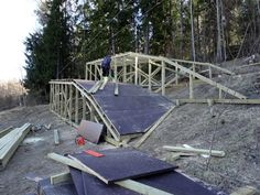 Seikkailupuisto Huipun pisimmät liu'ut ovat yli satametrisiä. Tässä valmistuu niiden loppupään laskeutumisramppi.