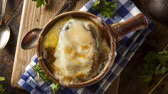 Jamie Olivers opskrift på en himmelsk engelsk løgsuppe fuld af smag, som er ekstra god at varme sig på i de kolde vintermåneder. Server med lune ostebrød.