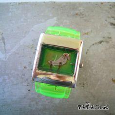 PIPI from JAPAN ... náramek To je Pipi. Bude všude s vámi, neuletí. Náramek vyrobený komplet ze starých zachovalých hodinek. Vnitřek pouzdra od starých hodinek je zalitý vrstvou křišťálové pryskyřice (imitace skla), která ho chrání od prachu a zajišťuje jeho dlouhou životnost. Šířka samotného pouzdra ve stříbrné barvě je cca 3 x 3,5 cm. Barva pouzdra stříbrná, ...
