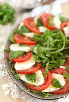 The TASTY recipe for the Italian classic & # salad caprese & # 39 ;) Ingredients and fifteen minutes of your time for this salad. Lunch Recipes, Appetizer Recipes, Salad Recipes, Healthy Recipes, Salade Caprese, Italian Lunch, Barbecue, Homemade Pasta, Food Themes