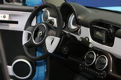 Trabant NT - 160 km der Auferstandene mit einer vollen Ladung abspulen können. Dann heißt es für acht Stunden zurück an die Steckdose. Ist ein Starkstromnetz verfügbar, reichen auch zwei Stunden an der Elektro-Zapfsäule. Gespeichert wird der Saft in Lithium-Ionen-Batterien, die einen 64 PS starken Elektromotor mit Strom versorgen. Wenn es darauf ankommt, schafft es der Trabi auf 130 km/h und er bleibt somit voll autobahntauglich.