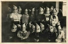 Vintage photographs of Halloween costumes. So creepy! Retro Halloween, Photo Halloween, Halloween Fotos, Vintage Halloween Photos, Halloween Pictures, Creepy Halloween, Halloween Kids, Halloween Costumes, Happy Halloween