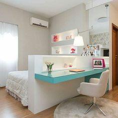 Bom diaaaa {💜} Hoje começamos com inspiração via @decorbabyandkids 👧🏻👦🏻 Olha que lindo esse quarto, com a mesa de estudos aproveitando a lateral da cama 💙 Otimiza espaço e delimita os ambientes { Projeto Arch.tecta }