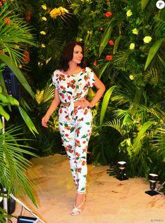 Bruna Marquezine, com barriga de fora, exibe boa forma em look estampado nesta quarta-feira, dia 09 de novembro de 2016
