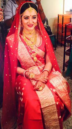 Bridal Wear for Bengali Traditional Wedding and Bengali Jewellery Bengali Bridal Makeup, Bengali Wedding, Bengali Bride, Desi Wedding, Saree Wedding, Indian Bridal Jewelry Sets, Bridal Jewellery, Dress Jewellery, Gold Jewellery