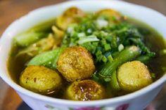 Mì cá viên cà ri Đây là kiểu mì rất phổ biến ở Hong Kong, được biến tấu một chút cho hợp với khẩu vị người Việt. Nước dùng gồm nước ninh từ xương và nước cà ri, có vị thơm nồng của ngũ vị hương, hoa hồi, vị cay nhẹ, hơi tê nơi đầu lưỡi của tiêu đen. Cá viên được chiên sẵn trước khi thả vào nồi cà ri, lúc múc ra tô cho khách ăn thì ngấm đều nước sốt sánh và đậm đà. Sợi mì tươi vàng ươm, có độ dai nhất định. Mì cá viên được bán ở đường Nguyễn Trãi (quận 5), giá 50.000 đồng một tô nhỏ. Ảnh…