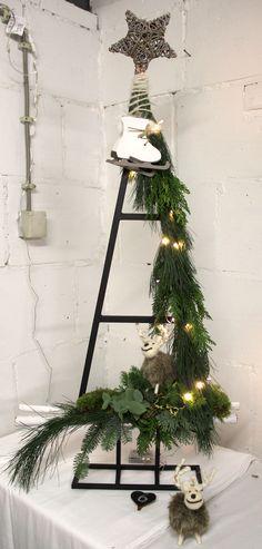 Bloemschikken Rosalie Alternative Christmas Tree, Cool Christmas Trees, Rustic Christmas, Christmas Lights, Christmas Holidays, Christmas Ornaments, Xmas Crafts, Christmas Projects, Christmas Tree Decorations