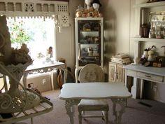 table vintage en bois blanc patiné, chaise assortie et moquette gris taupe