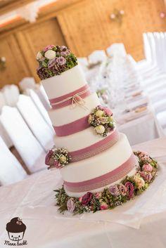 Vintage Wedding Cake im Blumenmeer