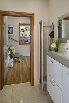 Modern elsőzoba berendezés háznál Mirror, Bathroom, Modern, Furniture, Home Decor, Washroom, Trendy Tree, Decoration Home, Room Decor