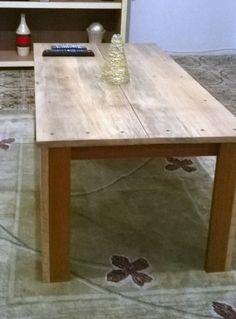 Mesa em madeira maciça - jatobá e tampo de cedro. <br>Ideal para decoração de sala de estar, como mesa de centro.
