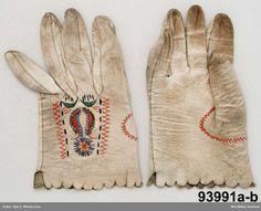 Brudhandskar, 1 par, burna 1828. Av vitt skinn, broderade med silke. Öland.
