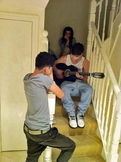 Zayn singing and playing the guitar for some of his family members yesterday(31 weeks ago).<3
