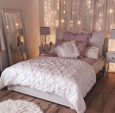 Vintage Bedroom 20 Small Bedroom Design Ideas You Must See - Housiom - Some people like a minimalist approach, while others have bedroom ideas that are quite extravagant. Take look the 20 Small Bedroom Design Ideas. House Rooms, Bedroom Decor, Apartment Decor, Gold Bedroom, Home, Bedroom Inspirations, Bedroom Design, Home Bedroom, New Room