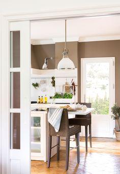 00454984. Cocina en gris y blanco con barra-office 00454984