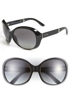 Prada... hmmm... j'adore oversize glasses!
