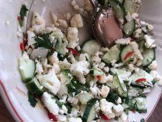 Vappu Pimiän kukkakaali-kurkkusalaatti | Meillä kotona Cauliflower Recipes, Paella, Potato Salad, Salads, Food And Drink, Keto, Cheese, Snacks, Salad