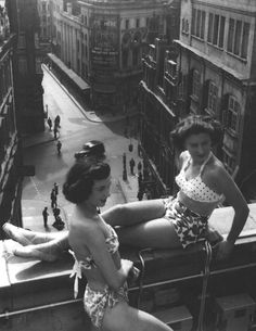 Piccadilly rooftop, London, 1953 photo by Bert Hardy (vintage Photo Vintage, Vintage Love, Vintage Beauty, Vintage Fashion, Robert Doisneau, Les Suffragettes, Morgana Le Fay, Old London, Vintage London